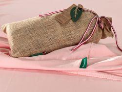 Le drap housse rose et son sac de jute