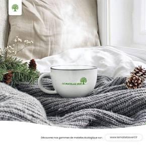 Est-ce que vous aussi, lorsque le temps est froid ou pluvieux, il vous prend subitement l'envie de vouloir un thé ou un chocolat chaud dans le lit, sous votre réconfortante couette ? ☁️❄️☁️❄️☁️☁️❄️☁️☁️❄️ #lematelasvert #confort #planete #douceur #cocoon ☁️☁️☁️